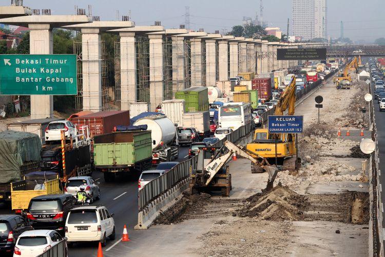 Pekerja menyelesaikan pembangunan Jalan Tol layang Jakarta-Cikampek II, di ruas Jalan Tol Jakarta-Cikampek, Bekasi Timur, Jawa Barat, Selasa (8/8/2017).