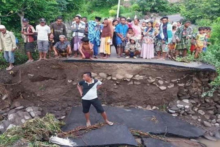 Satu dari dua jembatan yang ambruk dihantam arus deras di Kecamatan Soromandi, Kabupaten Bima.