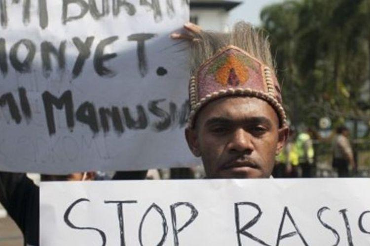 Massa yang tergabung dalam Ikatan Mahasiswa Papua Sejawa-Bali menolak pernyataan rasisme terhadap orang Papua serta hentikan intimidasi terhadap mahasiswa Papua se-Indonesia.