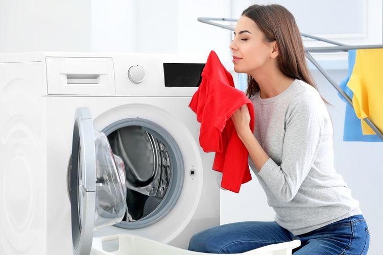 Ilustrasi mencuci pakaian dengan mesin cuci.