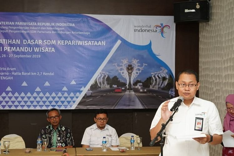 Kegiatan pelatihan dasar Sumber Daya Manusia (SDM) Kepariwisataan bagi pemandu wisata di Kendal, Jawa Tengah (Jateng) di Tirto Arum Baru pada 26 sampai 27 September 2019..