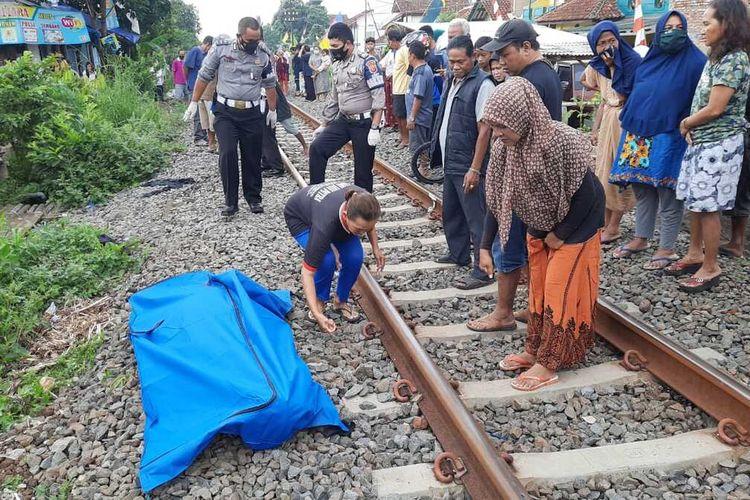 Foto-foto petugas Kepolisian mengevakuasi jenazah seorang nenek yang tertabrak kereta khusus perbaikan di Kecamatan Indihiang, Kota Tasikmalaya, Senin (30/8/2021).