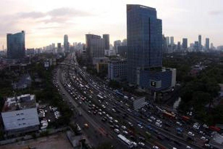 Kemacetan pada jam pulang kerja di Jalan Gatot Subroto, Kamis (24/7/2014). Puncak arus mudik kendaraan keluar dari Jakarta diperkirakan terjadi pada Jumat malam. KOMPAS IMAGES/KRISTIANTO PURNOMO-RODERICK ADRIAN MOZES