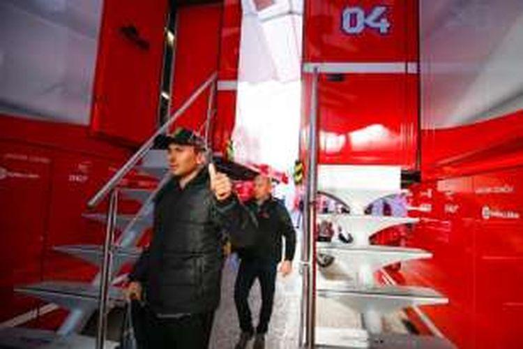 Pebalap Spanyol, Jorge Lorenzo (depan), tiba di paddock Ducati sebelum menjalani tes pasca-musim di Sirkuit Ricardo Tormo, Valencia, Selasa (15/11/2016).