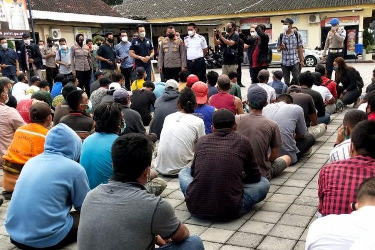Pihak kepolisian menunjukkan 86 orang yang diduga terlibat dalam aksi premanisme di sejumlah lokasi keramaian, seperti di komplek pertokoan, terminal, objek wisata, dan pasar tradisional, ketika diamankan di Mapolresta Mataram, NTB, Selasa