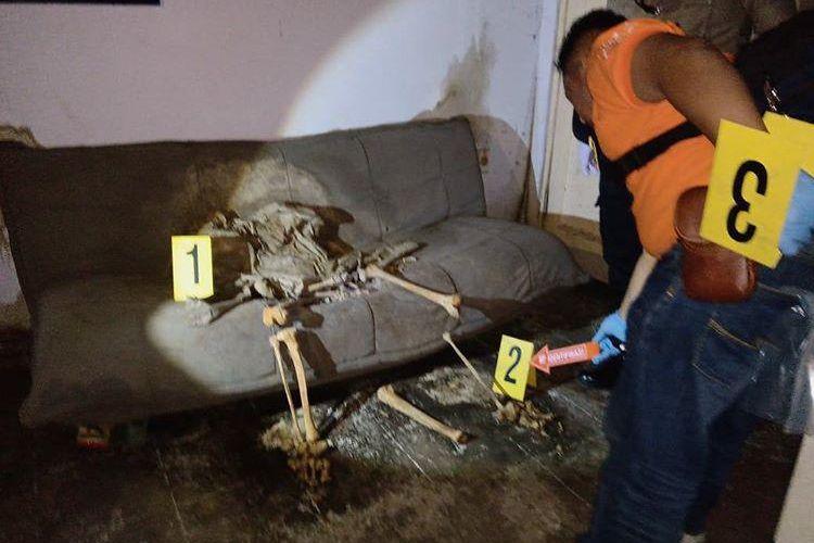 Kerangka manusia ditemukan sedang duduk di sofa sebuah kosong di Bandung, Jawa Barat.