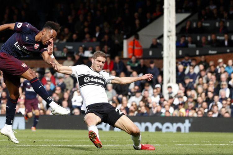 Striker Arsenal, Pierre-Emerick Aubameyang saat mencetak gol keempat untuk timnya ke gawang tuan rumah Fulham di Stadion Craven Cottage, Minggu (7/10/2018) malam WIB.