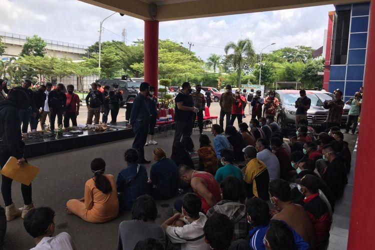 65 warga yang ditangkap petugas gabungan dalam penggerebekan kampung narkoba di Palembang, Minggu (11/4/2021).