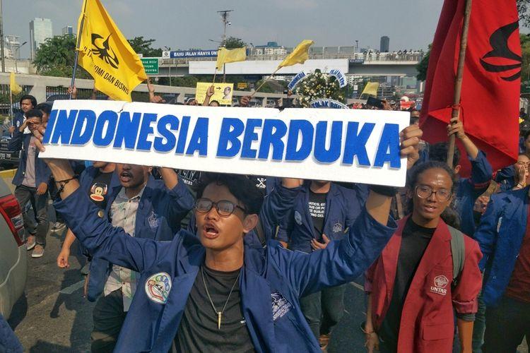 Ratusan mahasiswa dari berbagai universitas kembali menggelar aksi unjuk rasa menolak pengesahan revisi Undang-Undang Komisi Pemberantasan Korupsi (UU KPK) dan Kitab Undang-Undang Hukum Pidana (KUHP).  Mereka memenuhi halaman depan Kompleks Parlemen, Senayan, Jakarta, Kamis (19/9/2019) sekitar pukul 14.00 WIB.  Secara bergantian, perwakilan mahasiswa Unindra, UI, UPN, Trisakti, ITB, Paramidana dan Moestopo memberikan orasi.  Mereka mengkritik sikap DPR dan pemerintah yang akan mengesahkan rancangan undang-undang yang dinilai tidak berpihak pada kepentingan masyarakat.