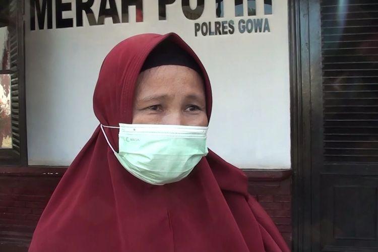 Ramlah (50) mendatangi Mapolres Gowa, Sulawesi Selatan terkait raibnya uang puluhan juta dari rekening miliknya. Rabu, (19/5/2021).