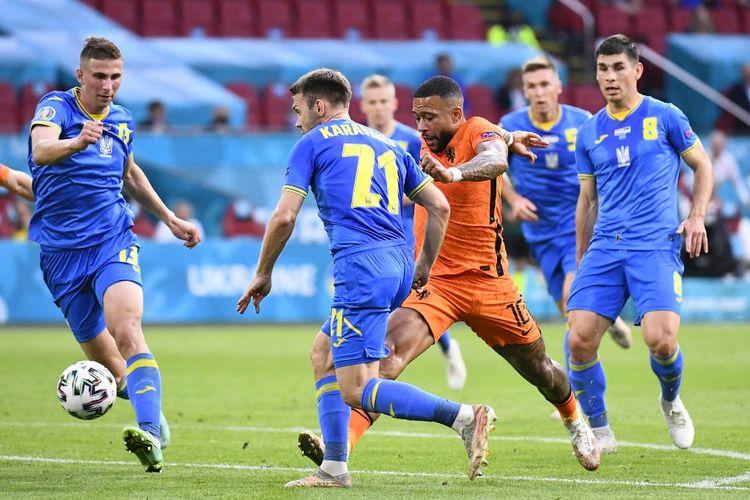 Memphis Depay dibayangi para pemain Ukraina dalam pertandingan Belanda vs Ukraina di Euro 2020 di Johan Cruyff Arena, Amsterdam, Senin (14/6/2021) dini hari WIB.
