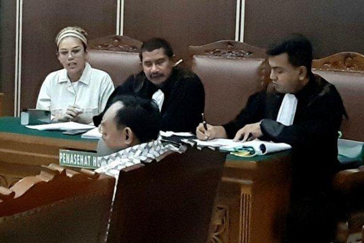 Terdakwa dugaan KDRT Nikita Mirzani saat berdebat dengan saksi, Dipo Latief, dalam sidang dugaan penganiayaan di PN Jakarta Selatan, Senin (30/3/2020).