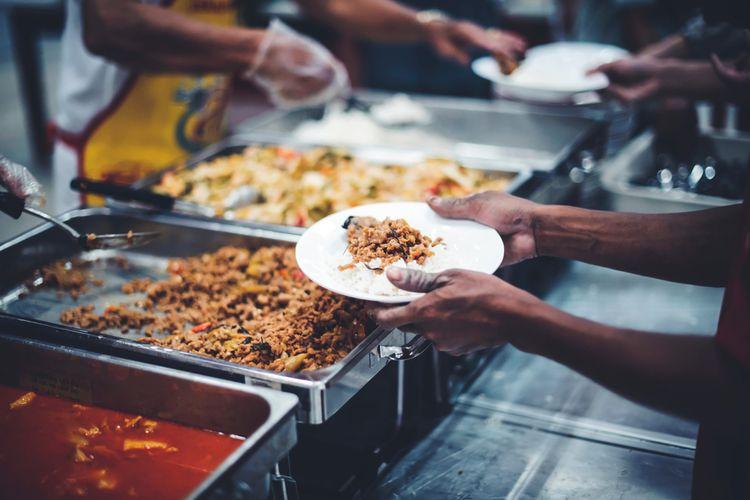 Ilustrasi donasi makanan di food bank