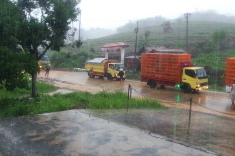 Banjir lumpur di jalur selatan wilayah Kecamatan Majenang, Kabupaten Cilacap, Jawa Tengah, Minggu (5/1/2020).