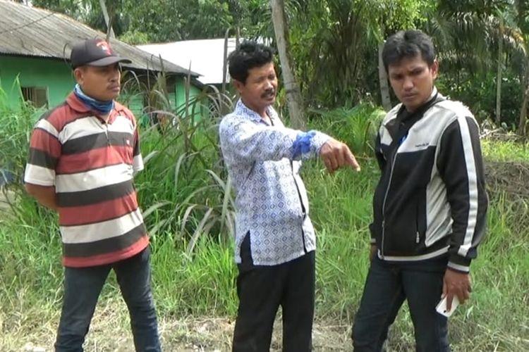 Sardan (tengah) menjelaskan yang dilihatnya ketika petugas mencegat empat orang yang mengendarai dua sepeda motor di Jalan Desa Kota Datar, Kecamatan Hamparan Perak, Deli Serdang, pada Sabtu (16/11/2019).