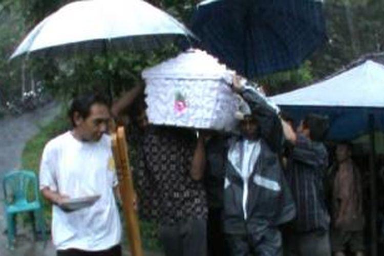 Salah satu korban tenggalam di makamkan Selasa (17/12/2013).
