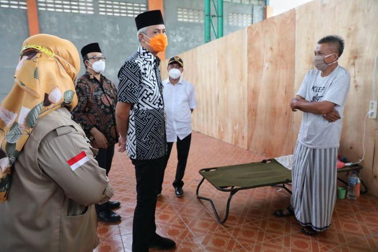 Gubernur Jawa Tengah, Ganjar Pranowo menjenguk sejumlah pemudik yang dikarantina di Gelanggang Olahraga Satria, Kabupaten Banyumas, Jumat (7/5/2021).