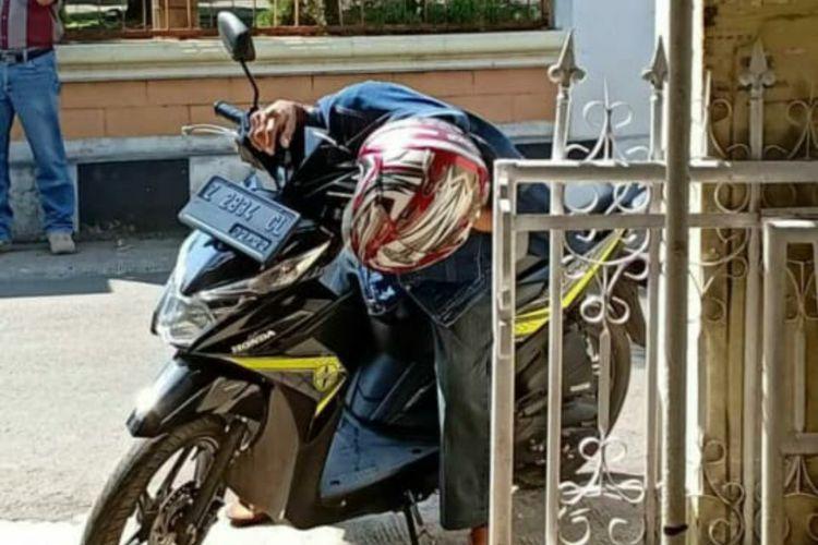 Foto pemotor meninggal dunia mendadak di motornya di wilayah Sumedang viral di media sosial.