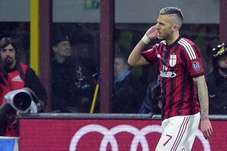 Jeremy Menez menempatkan telunjuk di belakang telinga usai mencetak gol pertama kontra Cagliari, Sabtu malam atau Minggu (22/3/2015) dini hari.