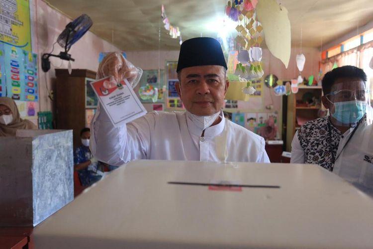 Wakil Gubernur Sumbar Nasrul Abit mencoblos di TPS 06 Painan Timur, Rabu (9/12/2020)