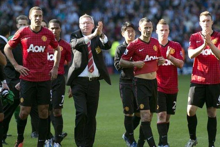 Manajer Manchester United, Sir Alex Ferguson, bersama para pemain memberikan aplaus kepada penonton usai laga terakhir Premier League melawan West Bromwich Albion, Minggu (19/5/2013). Duel berakhir imbang 5-5.