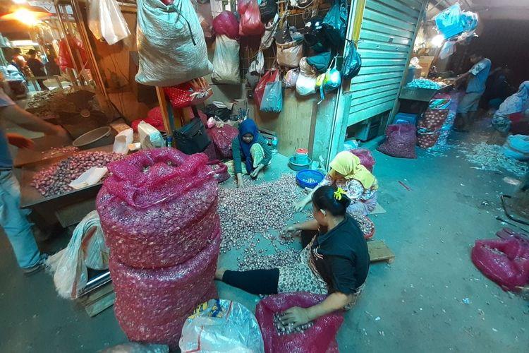 Pedagang Bawang sedang menggelar daganganya di Pasar Induk Kramat Jati, Jakarta Timur, Kamis (10/6/2021).