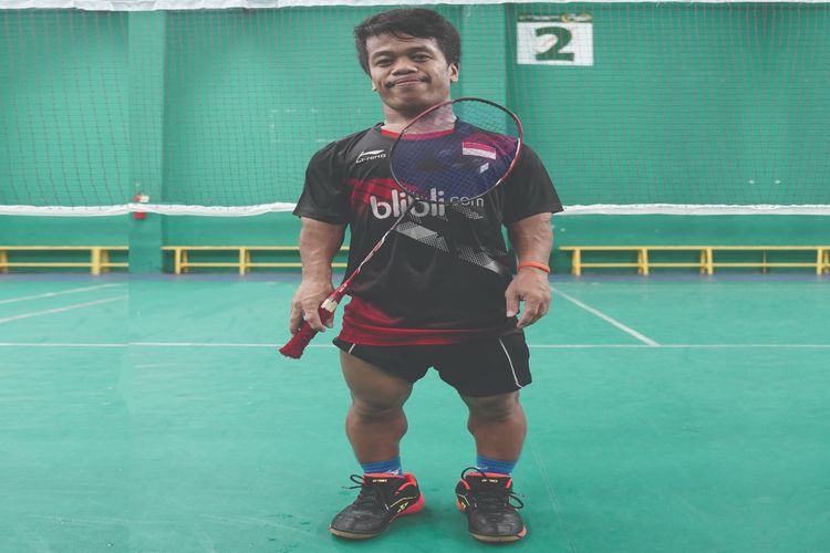 Tubuhnya yang mini tidak menyurutkan semangat Dimas Triaji salah satu atlet andalan Indonesia di ASEAN Para Games 2020. Dimas bertekad bisa mengukir prestasi terbaik untuk negeri ini seperti idolanya pebulutangkis Anthony Sinisuka Ginting.