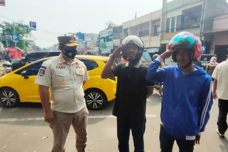 Kasat Pol PP Kota Serang Kusna Ramdany saat memberikan sanksi kepada pelanggar protokol kesehatan