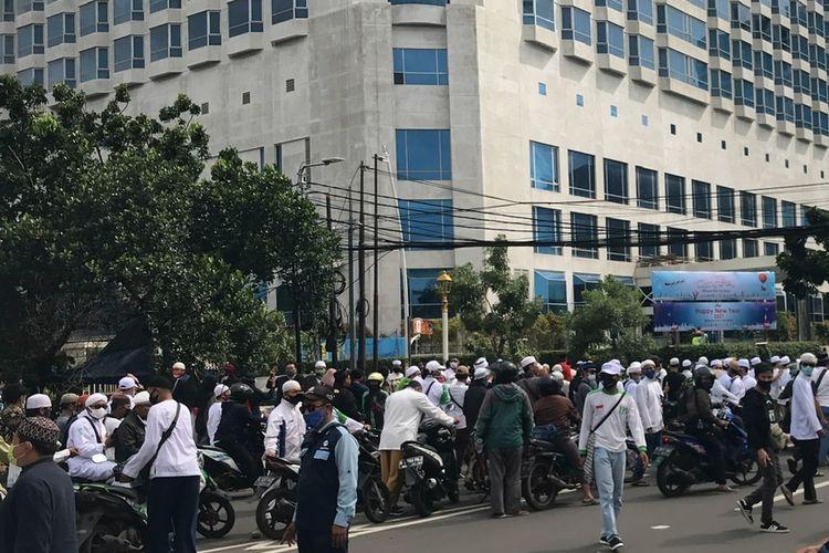 Massa simpatisan Front Pembela Islam (FPI) mulai menuju ke arah Istana Negara pada Jumat (18/12/2020) siang.