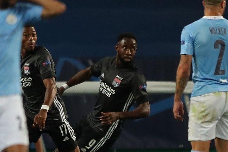 Penyerang Lyon, Moussa Dembele (baju hitam di kanan), merayakan gol keduanya pada laga perempat final Liga Champions kontra Manchester City di Stadion Jose Alvalade, Lisbon, pada 15 Agustus 2020.