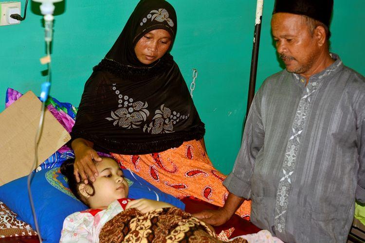 Nur Aini, pengidap kanker tulang ditemani orang tuanya terbaring di Rumah Sakit TNI Angkatan Darat, Lhokseumawe, Aceh, Jumat (12/5/2017) malam