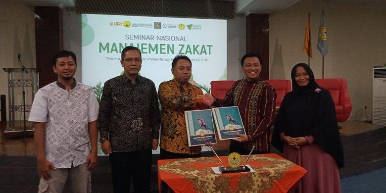 Perwakilan direksi Dompet Dhuafa dan Universitas Jendral Soedirman berfoto bersama dalam seminar nasional Manajemen Zakat.