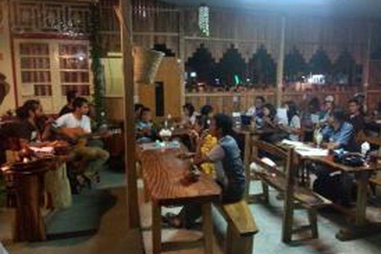 Sekitar seratus warga dari berbagai komunitas sastra dan seni di Ambon, menggelar refleksi untuk mengenang 340 tahun bencana tsunami Ambon di salah satu kafe di titik nol Kota Ambon,Selasa (18/2/2014) malam.