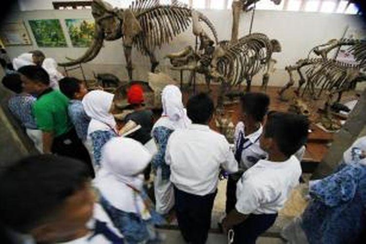 Siswa dari sejumlah SMP bersama rombongannya mengisi liburan dengan berkunjung ke Museum Geologi, Bandung, Jawa Barat, Senin (19/12/2011). Selain menjadi sarana rekreasi, mengisi liburan di museum seperti ini juga menambah pengetahuan.