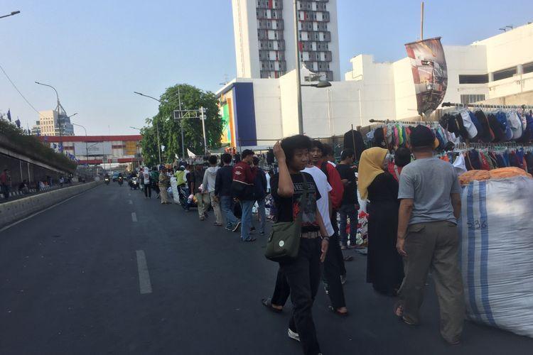 Kondisi PKL di Kawasan Senen yang semrawut, Jumat (15/11/2019).