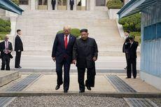 Jejakkan Kaki di Korea Utara, Trump Jabat Tangan Kim Jong Un