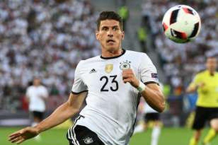 Mario Gomez mengejar bola saat Jerman melawan Italia pada perempat final Piala Eropa 2016 di Stadion Matmut Atlantique, 2 Juli 2016.