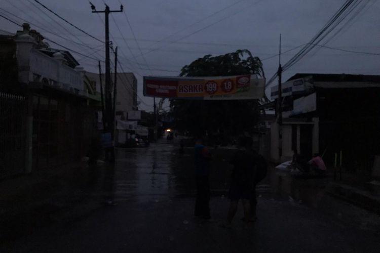 Relawan kesulitan membantu evakuasi korban banjir di Jatimulya, Bekasi, Jawa Barat pada Rabu (1/1/2020) akibat padamnya listrik.