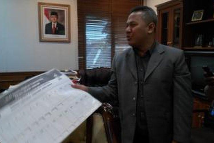 Komisioner Komisi Pemilihan Umum Arief Budiman menunjukkan contoh template braile yang akan digunakan sebagai alat bantu tuna netra untuk surat suara DPD Pemilu 2009 lalu.