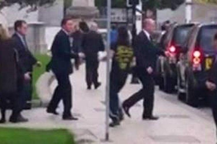 David Cameron sedang menuju mobilnya ketika seorang pria berlari ke arahnya.