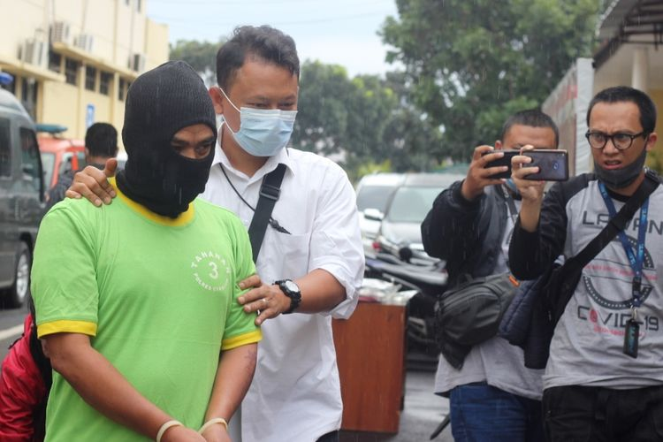 Polisi menggiring DD (44), oknum guru di Kabupaten Cianjur, Jawa Barat yang dijadikan tersangka kasus dugaan pencabulan terhadap sembilan orang siswanya.