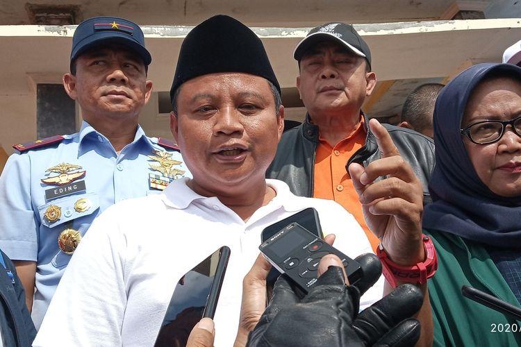 Wakil Gubernur Jabar Uu Ruzhanul Ulum saat meninjau lokasi bencana di Desa Pasir Madang, Kecamatan Sukajaya, Kabupaten Bogor, Jawa Barat, Rabu (16/1/2020).