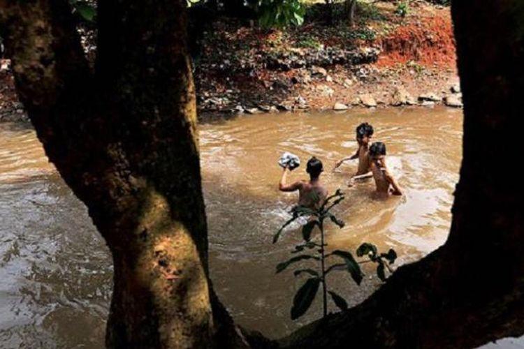 Anak-anak bermain di Kali Krukut di kawasan Cipedak, Jagakarsa, Jakarta Selatan, 13 September 2016. Di kawasan ini, Kali Krukut menjadi batas alami wilayah Kota Depok, Jawa Barat, dan DKI Jakarta.