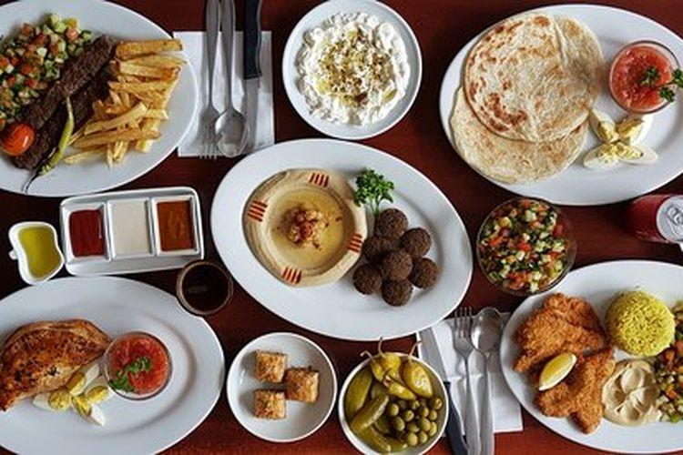 Menu makanan yang ada di Restoran Benis Falafel di Makati, Luzon, Filipina. Restoran halal ini menawarkan falafel yang nikmat.