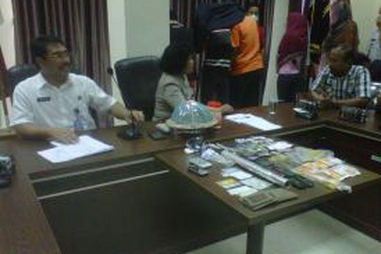 Kepala BNNP Sulsel, Kombes Polisi Richard M Nainggolan menggelar kasus narkoba yang diungkapnya melibatkan narapidana dan pegawai Rutan Klas 1 Makassar, Kamis (5/12/2013).