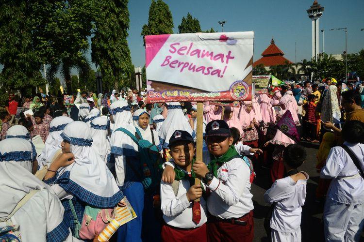 Seribuan siswa-siswi dari Taman Kelompok Bermain, TK, SD, hingga SMP di bawah Jaringan Sekolah Islam Terpadu (JSIT) Kabupaten Kudus, Jawa Tengah, menggelar kirab untuk menyambut datangnya bulan puasa Ramadhan 1438 Hijriah, Kamis (25/5/2017).