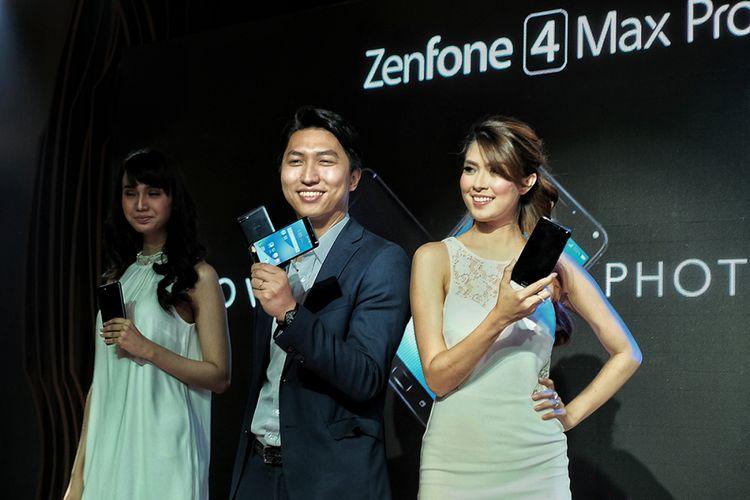Marketing Manager Asus Indonesia, Galip Fu (tengah) dalam peluncuran Asus Zenfone 4 Max Pro di Jakarta, Kamis (7/9/2017).