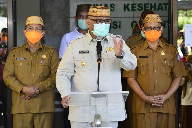 Gubernur Gorontalo Rusli Habibie (tengah) saat konferensi pers di Kantor Dinas Kesehatan Provinsi Gorontalo, Senin (13/04/2020). Dalam konferensi tersebut Rusli Habibie menyebut ada 31 spesimen yang tengah menunggu hasil pemeriksaan di Litbangkes Makassar.