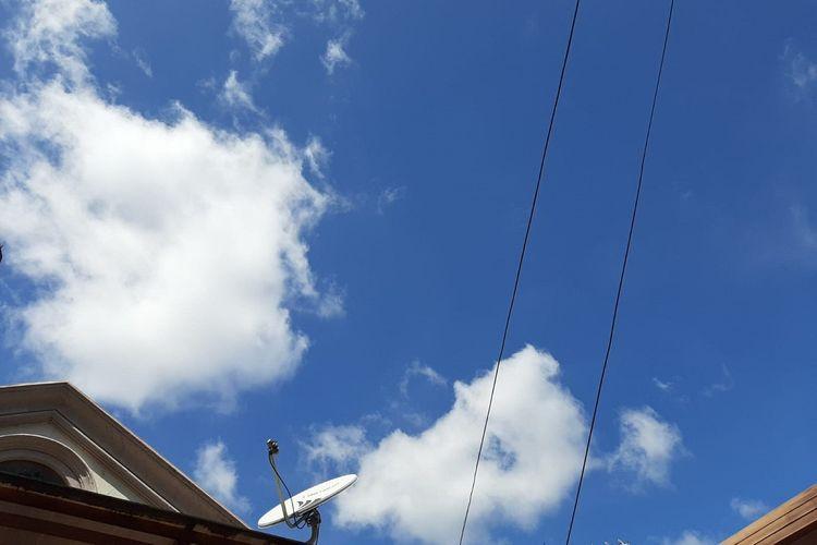 Kondisi langit biru dan cuaca cerah di Kota Jakarta pada Selasa (7/4/2020) siang.
