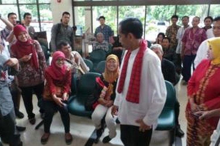 Gubenur DKI Jakarta Joko Widodo melakukan inspeksi mendadak di kantor Pelayanan Terpadu Satu Pintu Jakarta Timur, Jumat (18/10/2013).